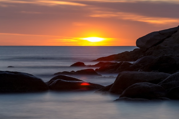 Schöner sonnenaufgang in einer bucht in costa brava, spanien