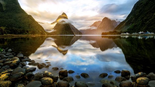 Schöner sonnenaufgang in milford sound, neuseeland