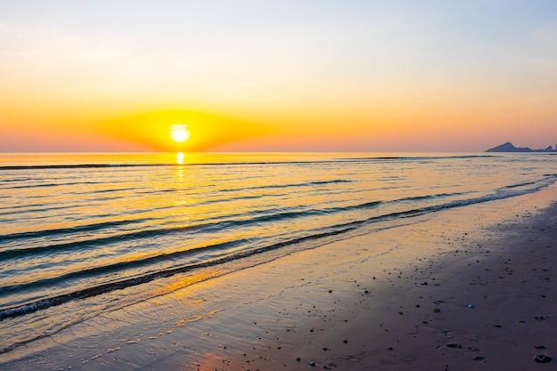 Schöner sonnenaufgang oder sonnenuntergang mit dämmerungshimmel und meeresstrand