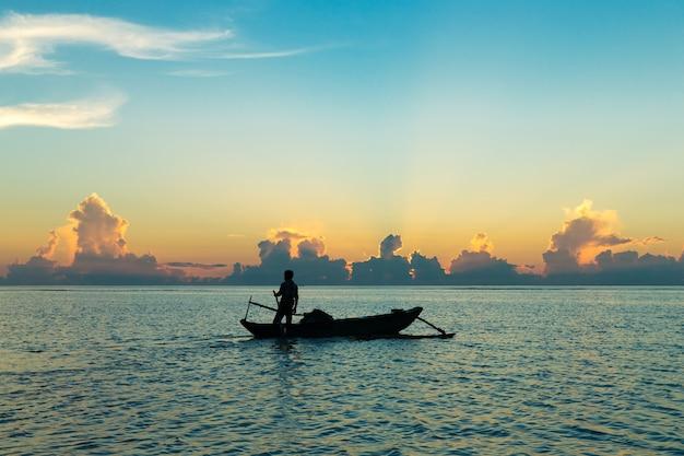Schöner sonnenaufgang über dem tropischen strand