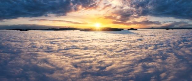 Schöner sonnenaufgang über den wolken in den bergen