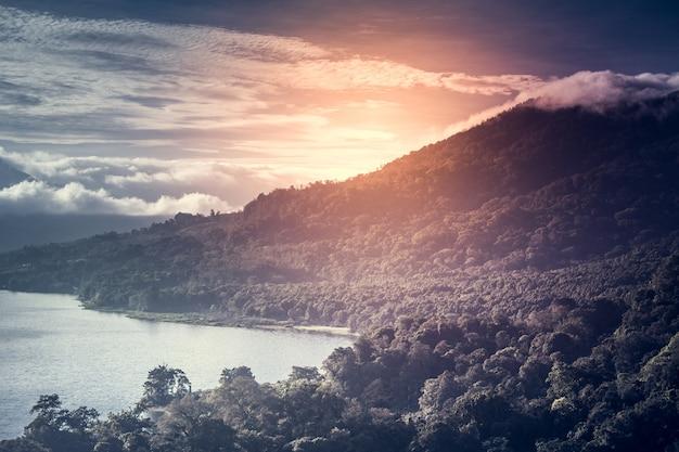 Schöner sonnenaufgang über see buyan bali indonesien