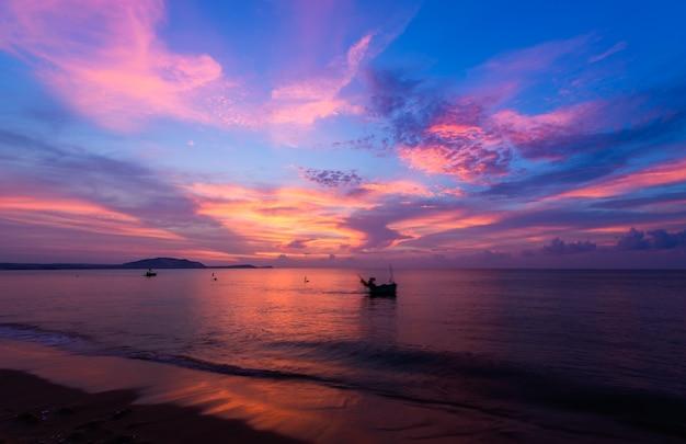 Schöner sonnenaufgang und boote in mui ne, vietnam