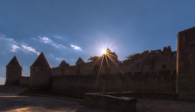 Schöner sonnenstern über einem turm am eingang der festungsstadt carcassonne