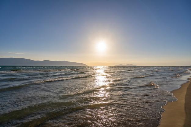 Schöner sonnenuntergang am adriatischen meer
