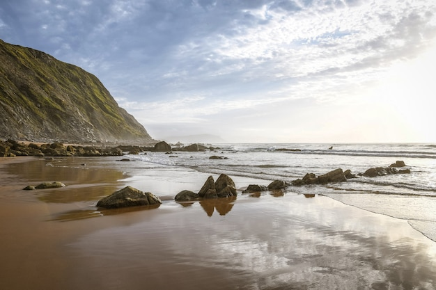 Schöner sonnenuntergang am barrika strand, baskenland