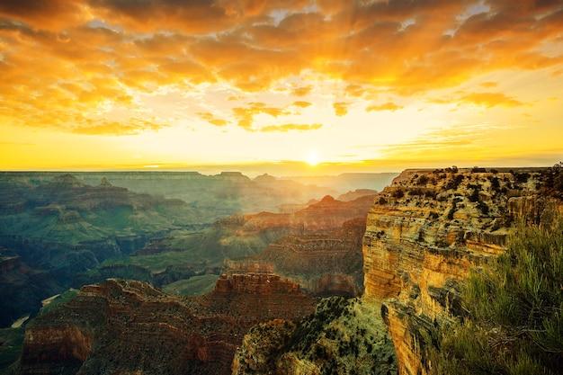 Schöner sonnenuntergang am monument valley, usa
