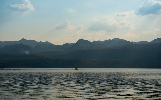 Schöner sonnenuntergang am reservoir im nationalpark.