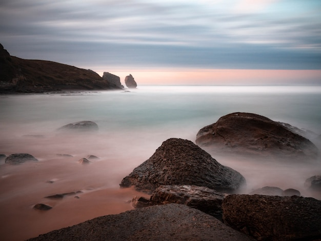 Schöner sonnenuntergang am robayera strand in miengo, kantabrien