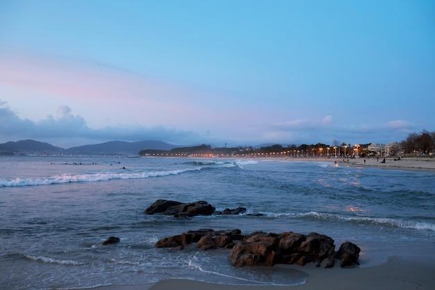 Schöner sonnenuntergang am strand von samil, in der stadt vigo, galicien, spanien.