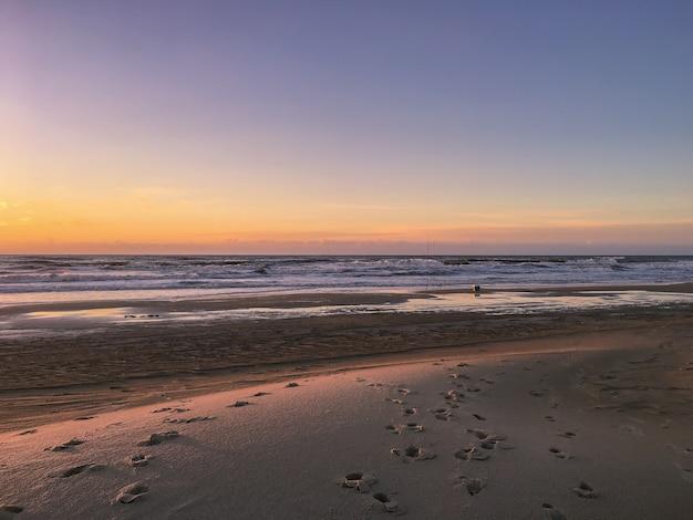 Schöner sonnenuntergang am strand