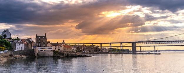 Schöner sonnenuntergang an der forth-straßenbrücke und an der queensferry-überfahrtbrücke edinburgh