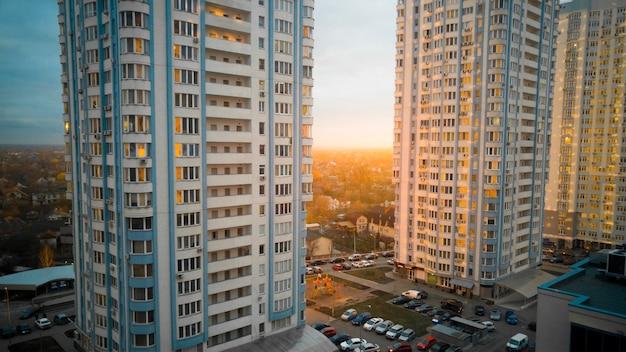 Schöner sonnenuntergang an wohnblöcken mit hohen modernen gebäuden
