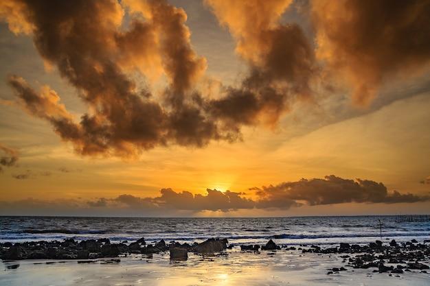 Schöner sonnenuntergang auf brasilien-strand.