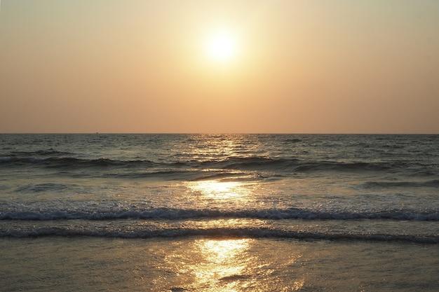 Schöner sonnenuntergang auf dem hintergrund des meeres und des strandes im sommer. urlaubs- und urlaubskonzept