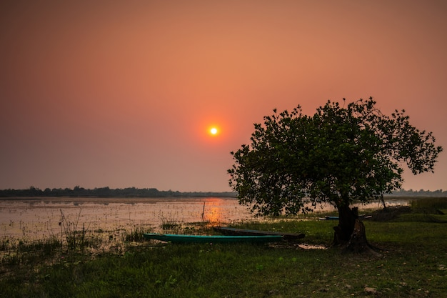 Schöner sonnenuntergang auf dem sumpf in der landschaft von thailand.