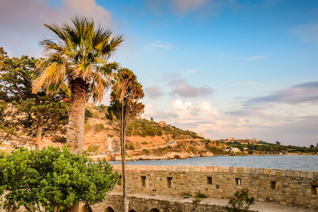 Schöner sonnenuntergang auf den steinmauern der vogelinsel in kusadasi, türkei.