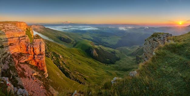 Schöner sonnenuntergang im kaukasus, blick auf elbrus vom bermamyt-plateau