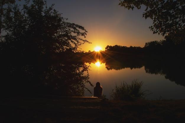 Schöner sonnenuntergang im sommer am see