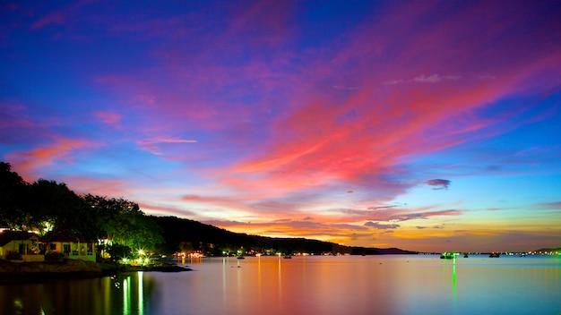 Schöner sonnenuntergang im tropischen meer zur sommerzeit von der neigungschiebelinse