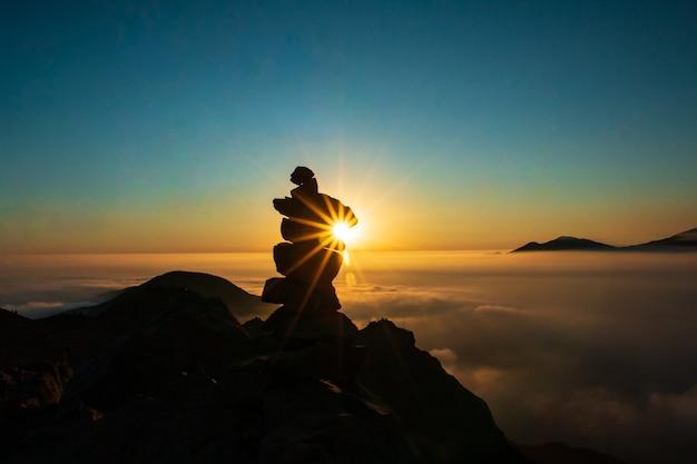 Schöner sonnenuntergang in den bergen steinsäulensilhouette