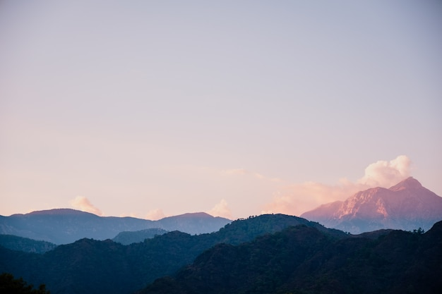 Schöner sonnenuntergang in der berglandschaft