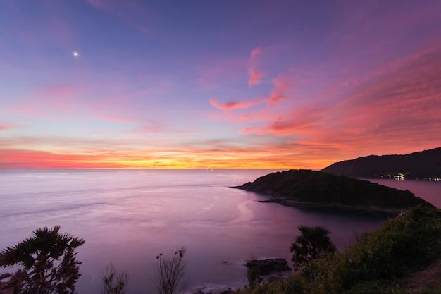 Schöner sonnenuntergang in promthep-kap ist ein berg des felsens, der in das meer in phuket, thailand sich erstreckt