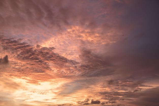 Schöner sonnenuntergang mit gelbem und violettem himmel bei bali, indonesien.