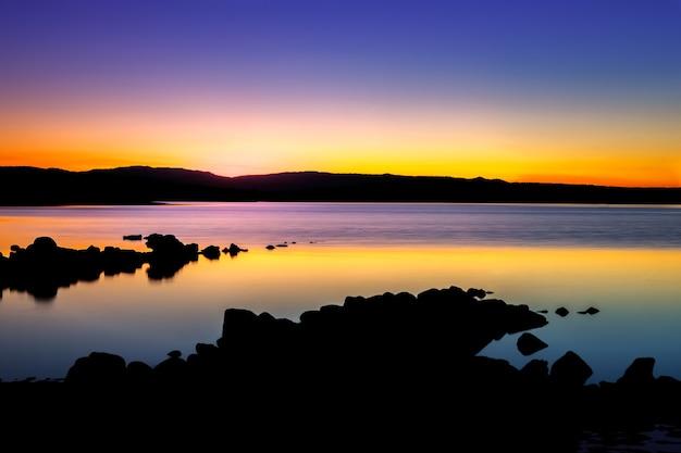 Schöner sonnenuntergang mit goldenen und schwarzen farben