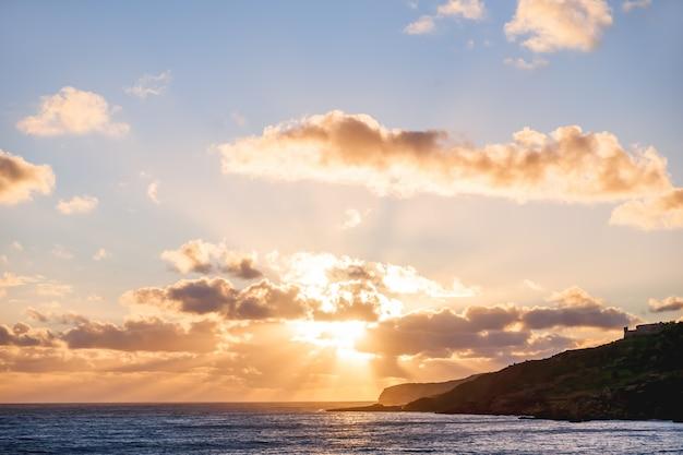 Schöner sonnenuntergang mit gott strahlt über mittelmeer aus.