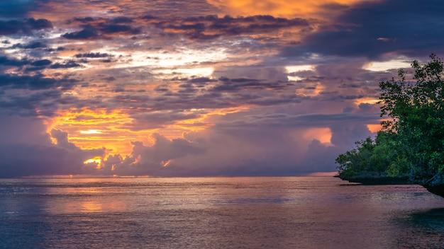 Schöner sonnenuntergang nahe kordiris gastfamilie, gam island, west papuan, raja ampat, indonesien