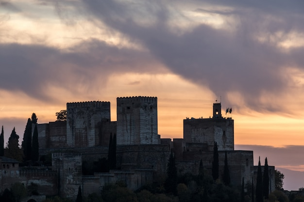 Schöner sonnenuntergang über der alhambra, von sacromonte, granada, spanien