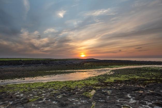 Schöner sonnenuntergang über der meeresküste