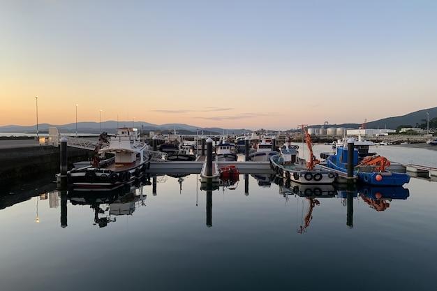 Schöner sonnenuntergang über seehafen dramatische landschaft, vilagarcia de arousa, galizien, spanien