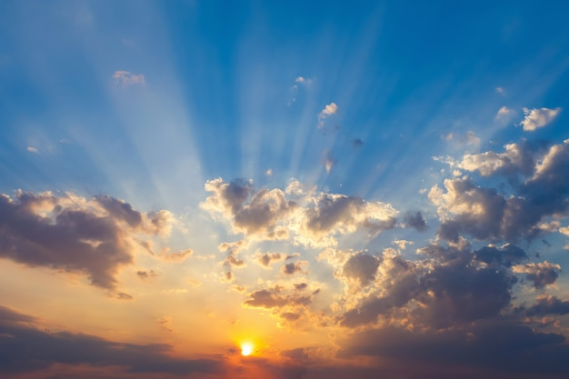 Schöner sonnenuntergang und blauer himmel mit wolke