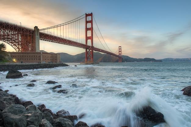 Schöner sonnenuntergang und golden gate bridge