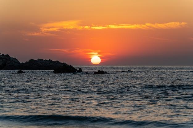 Schöner sonnenuntergang vom strand