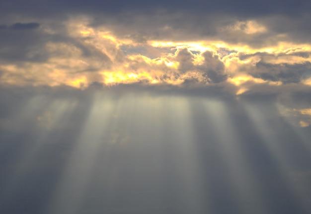 Schöner sonnenunterganghimmel mit erstaunlicher sonne strahlt hintergrund aus