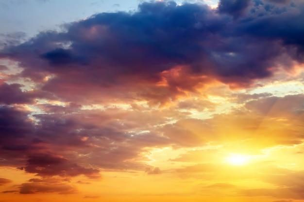 Schöner sonnenunterganghimmel mit sonne. himmel hintergrund.
