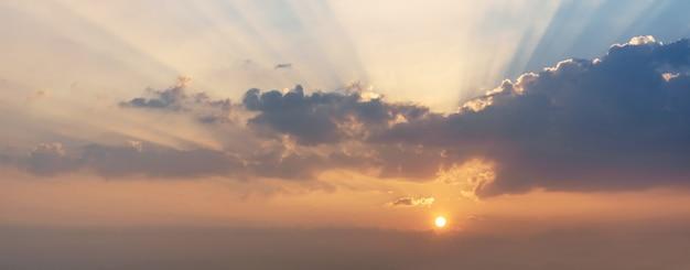 Schöner sonnenunterganghimmel mit strahlen des lichtes