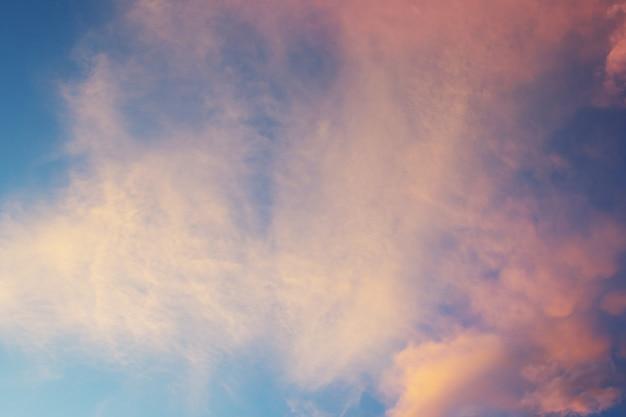 Schöner sonnenunterganghimmel über wolken mit drastischem licht