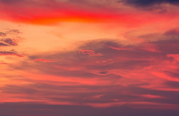 Schöner sonnenunterganghimmel und -wolken. dramatischer himmel in orange, rot, rosa und lila.