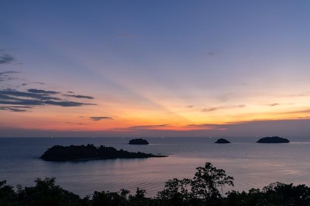 Schöner sonnenuntergangseeansicht-inselmeerblick an der trad-provinz östlich von thailand