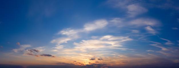 Schöner sonnenuntergangshimmel mit wolken. panorama des dramatischen himmels während der goldenen stunde.