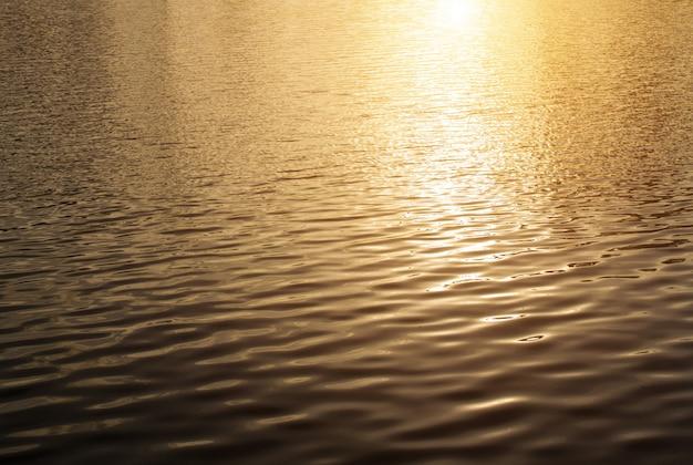Schöner sonnenuntergangwasserhintergrund