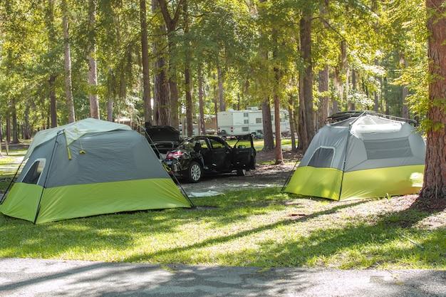 Schöner sonniger morgen auf einem campingplatz im nationalpark