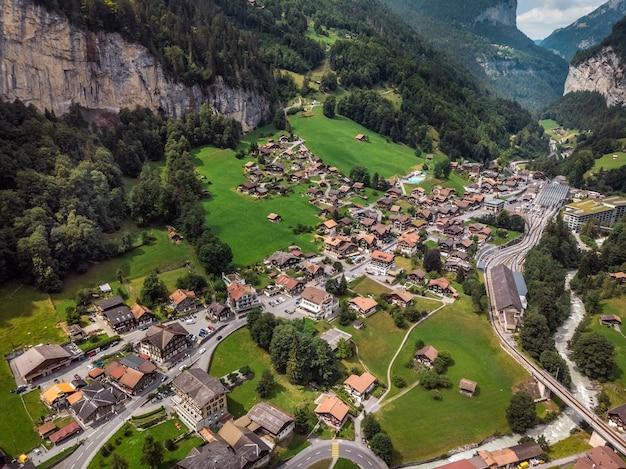 Schöner staubbachfall wasserfall fließt durch das malerische lauterbrunnental und dorf im kanton bern