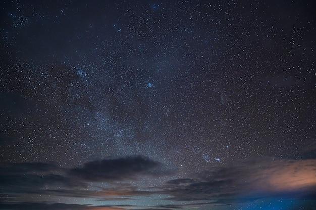 Schöner sternenhimmel am nachthimmel