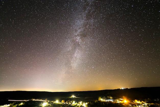 Schöner sternenklarer dunkler nachthimmel