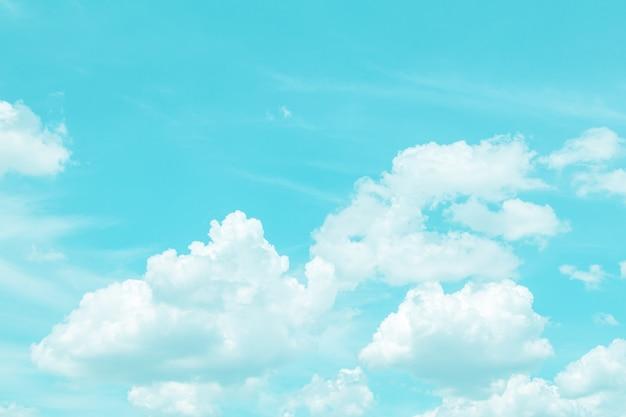 Schöner strahlend blauer himmel und weiße wolke.